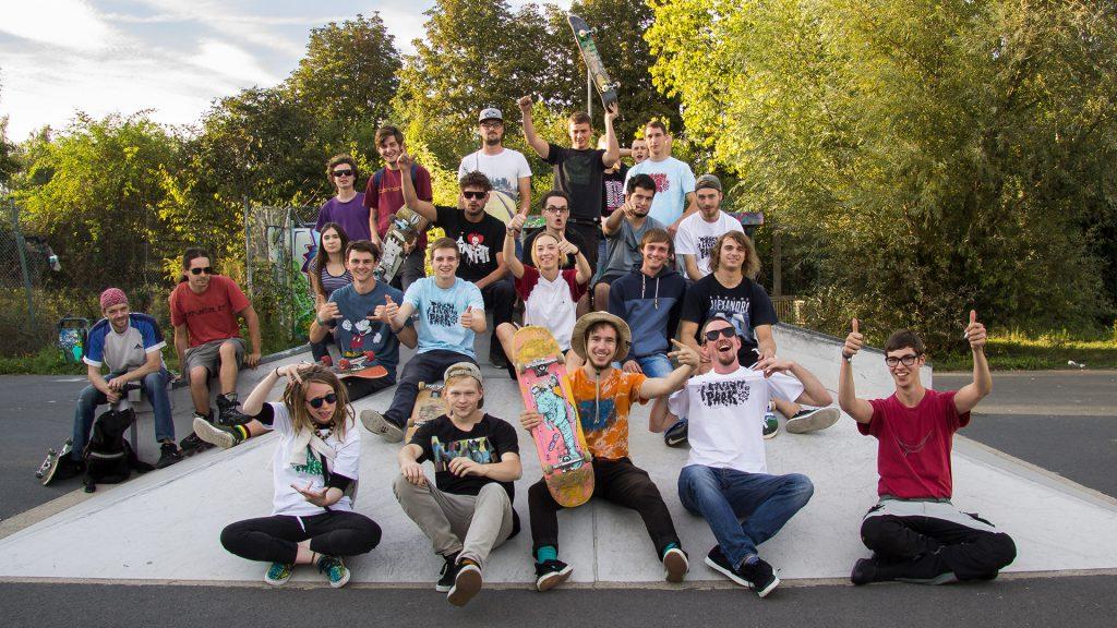 Eine Gruppe Jugendlicher und junger Erwachsener auf einer Skate Rampe. Teilweise mit Skateboards in der Hand.