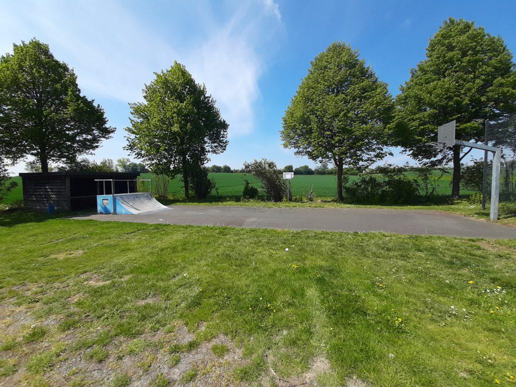 Skaterampe, Basketballkorb, Rasen und Asphaltplatz