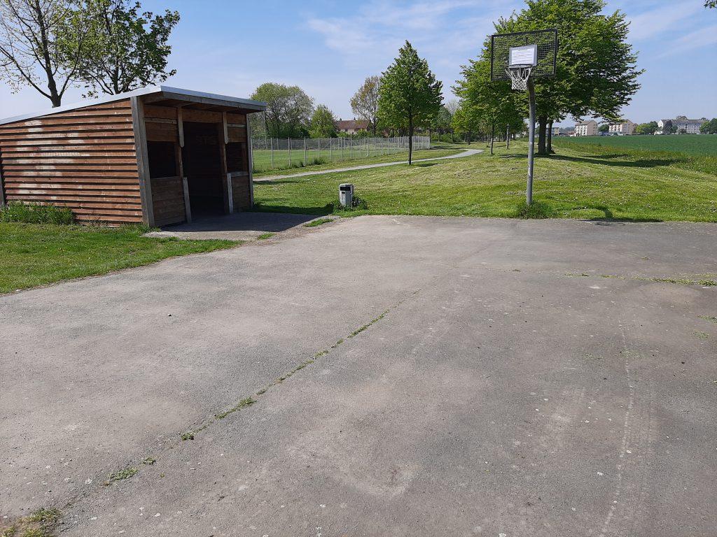 Hütte und Basketballkorb