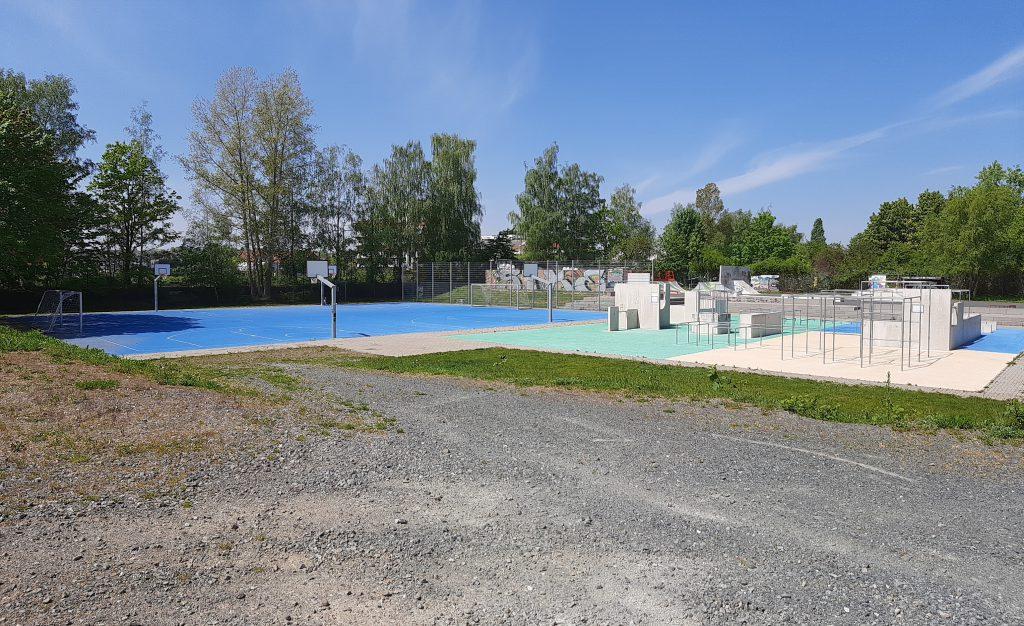 blaues Fußballfeld mit Körben und Toren